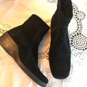 La Canadienne black suede leather ankle boots